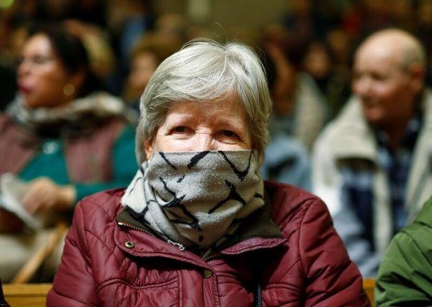 Una mujer visita el Cristo de Jesús de Medinaceli, en Madrid, donde este año se ha suspendido...