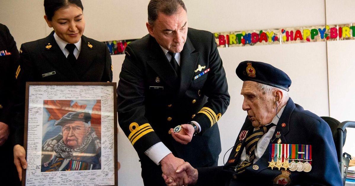 カナダの獣医フレッド・アルセノーが100歳の誕生日に90,000枚のカードでシャワーを浴びました