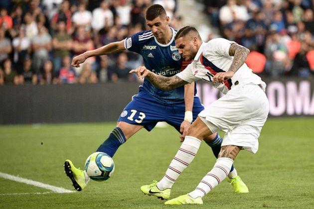 Mauro Icardi du PSG et Stefan Mitrovic du Racing Strasbourg lors d'un match en septembre
