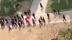 """「嘘だ、全部嘘だ!」共産党幹部の視察に合わせた""""演出""""に武漢の住民が怒り。窓から声あげる動画が拡散"""