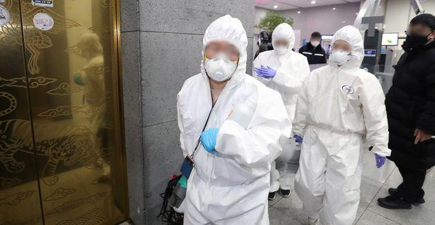 7일 세종시 어진동 정부세종청사 복지부에서 방역 관계자들이 소독을 위해 청사에 들어가고