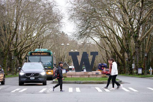 워싱턴대학교는 코로나19 감염 및 확산을 방지하기 위해 다음주부터 3월20일까지 강의실 대신 온라인으로 수업을 진행하기로 했다. 시애틀, 워싱턴주. 2020년