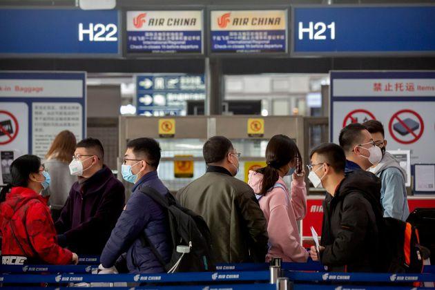 베이징 수도 국제공항에서 마스크를 착용한 승객들이 체크인을 하고 있다. 2020년