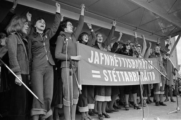 「平等闘争=階級闘争」と書かれたサイン
