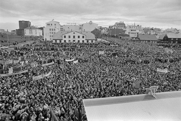 首都レイキャビク中心部の広場ライキャルトルグはストライキ参加者で埋め尽くされた