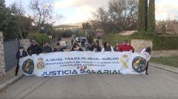 Diez miembros de la plataforma Jusapol se manifiestan frente a la casa de Iglesias y Montero en