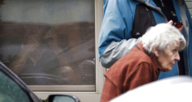 Συγκινητικές εικόνες: Γυναίκα μιλά πίσω από τζάμι στον άντρα της, που είναι σε