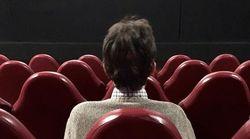 La foto di Nanni Moretti in una sala vuota per esortare i cinema a