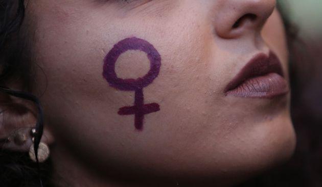 Una mujer con la cara pintada durante una marcha