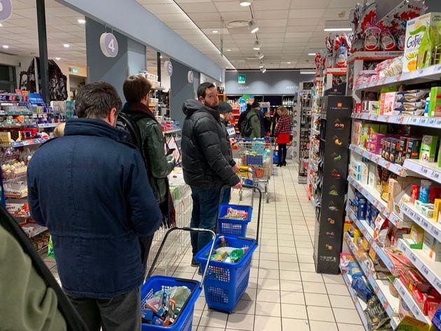 Des Milanais font leurs courses tardivement ce 7 mars après les fuites dans les médias...