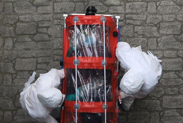 8일 서울시 감염병 관리기관으로 지정된 양천구 서남병원에서 대구·경북지역에서 출발한 신종 코로나바이러스 감염증(코로나19) 확진자가 이송되고
