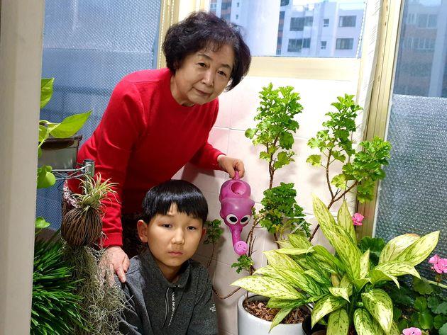 박영자 할머니(74)가 대구 중구 자택에서 손주와 함께 화분에 물을 주고