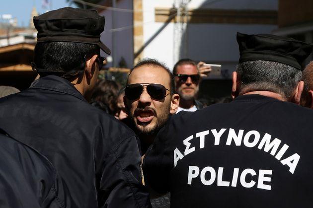 Κύπρος: Τραυματισμοί αστυνομικών από Τουρκοκύπριους διαδηλωτές σε δικοινοτική