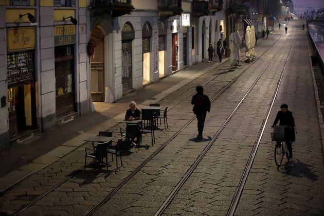 À quoi va ressembler la vie en quarantaine pour 15 millions d'Italiens (photo: un homme assis...