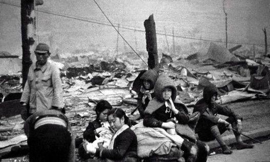 空襲で家を失った住民たち