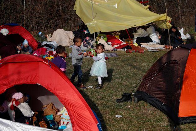 Des enfants jouent dans le camp de migrants de Edirne, à la frontière entre la Turquie...