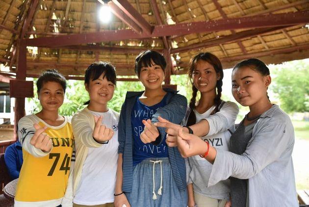 現地の子どもたちと心を通じ合わせる友情のレポーター(カンボジア)