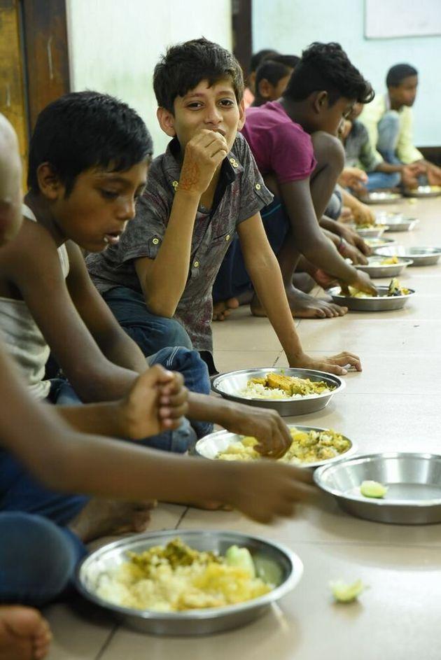 ほほえみドロップインセンターで食事をとる子どもたち(バングラデシュ)