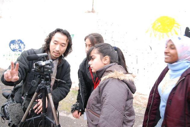イラク難民の子どもたちにビデオ制作を指導する清水さん(ヨルダン)