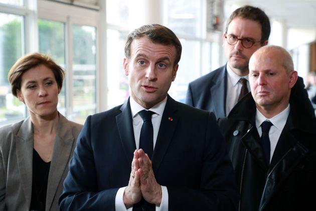 パリの高齢者施設を訪れ、取材に応じるマクロン仏大統領=2020年03月06日撮影