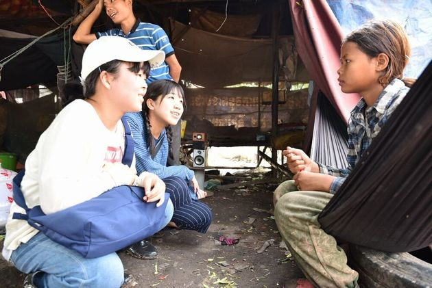 ゴミ山で働く13歳の少女に話を聞く友情のレポーター(カンボジア)
