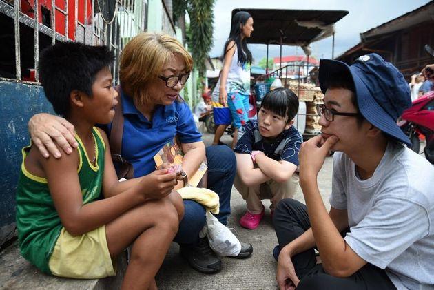 ストリートチルドレンに取材する友情のレポーター(フィリピン)