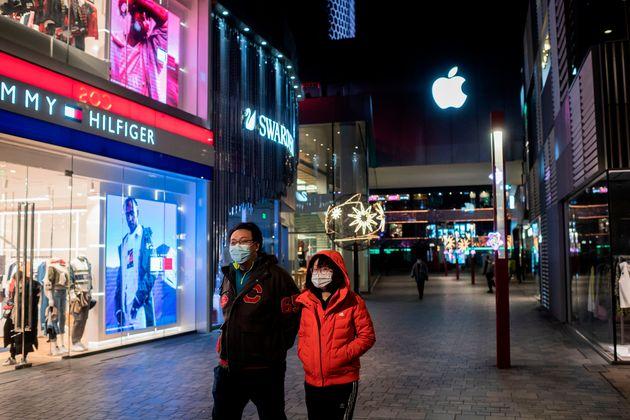 베이징 거리를 걷고 있는 커플. 2020. 2.