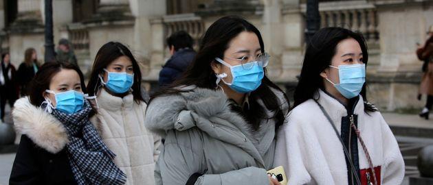 De faux policiers français escroquent des Chinois portant des masques contre le coronavirus (Photo:...