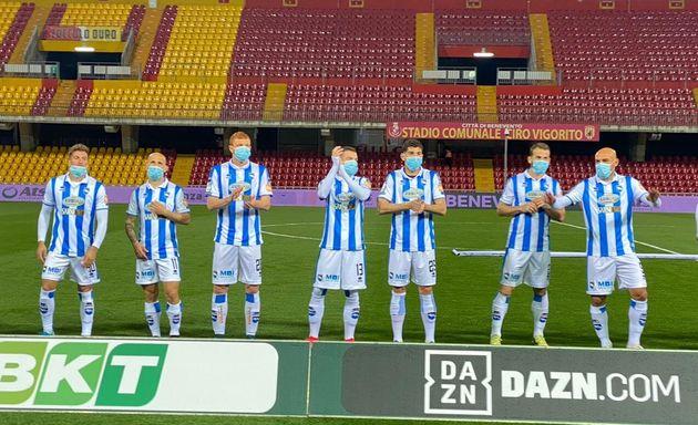 Les joueurs de l'équipe de Pescara avec leurs masques avant le coup