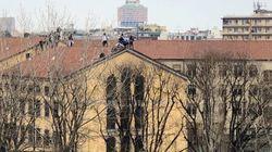 Sei morti in carcere in Italia. Detenuti sul tetto a San Vittore, oltre 50 evasi a