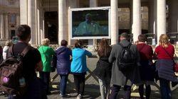 El papa oficia su oración dominical desde una pantalla por el