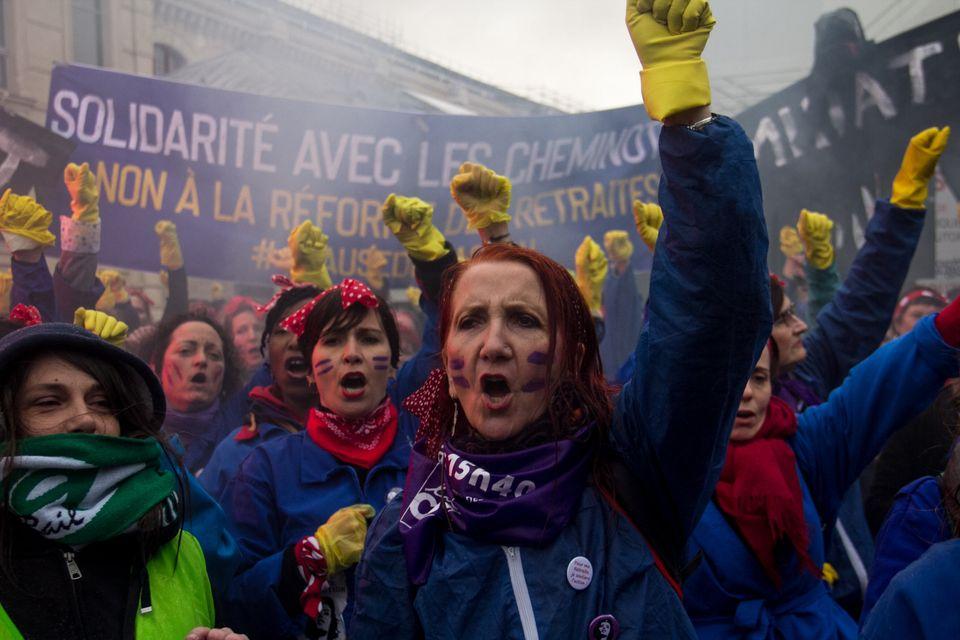 """Na França, o grupo Femen se reuniu na Place de la Concorde para denunciar """"a pandemia..."""