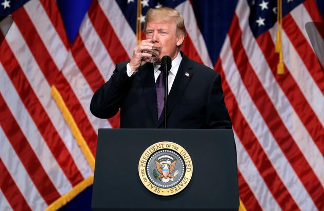 Donald Trump se désaltère en décembre 2017 à Washington pendant un discours...