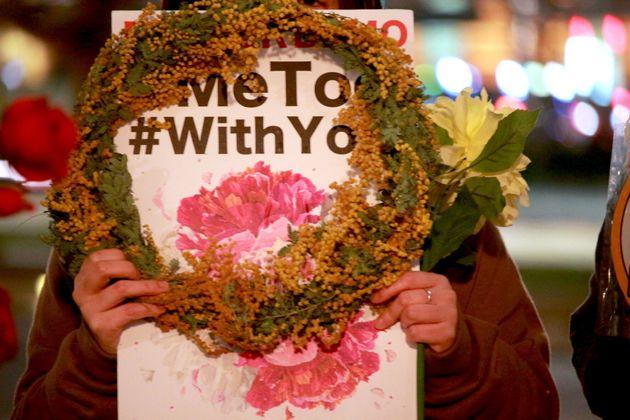 参加者は、ミモザの花や「#MeToo」「#WithYou」などと書かれたプラカードを手に持った。