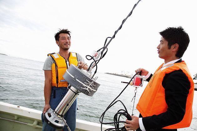 定置網漁を効率化する「スマート漁業」の実証実験で、「スマートブイ」を設置する様子