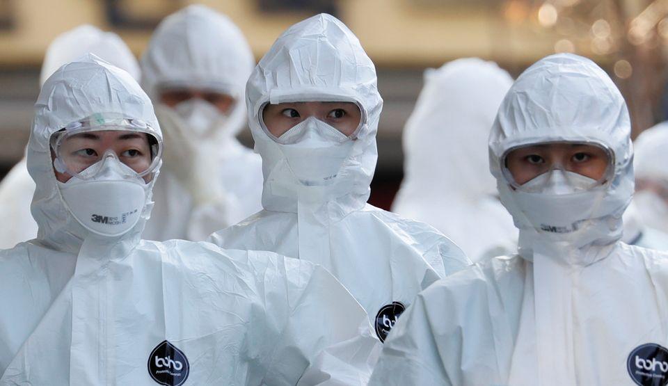 보호복을 착용한 의료진들이 병원 안으로 들어가고 있다. 대구. 2020년