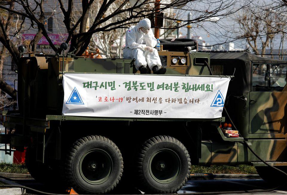 방역작업에 투입된 한 군인이 군용트럭 위에 앉아 잠시 휴식을 취하고 있다. 대구. 2020년