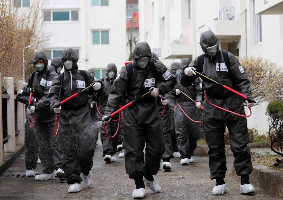 지원에 나선 군인들이 코호트 격리 조치된 대구 한마음아파트에서 방역작업을 벌이고 있다. 대구. 2020년