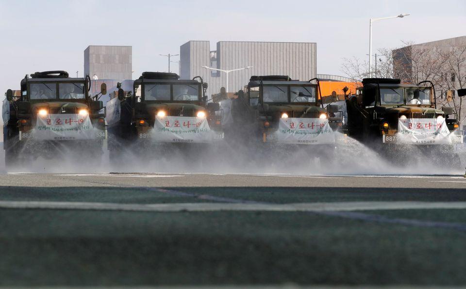 지원에 나선 군인들이 대구 도심에서 방역작업을 벌이고 있다. 대구. 2020년
