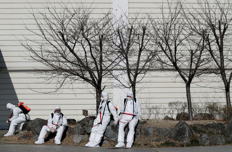 大邱国際空港防疫作業に投入された軍人が、しばらく休息を取っている。 大邱  2020年