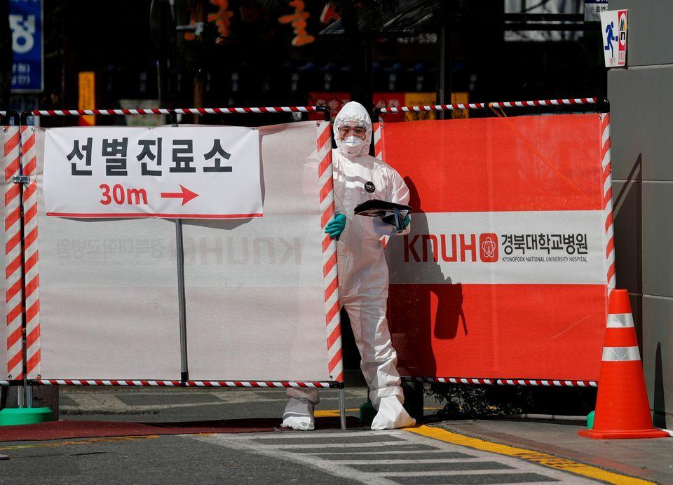 경북대학교병원 선별진료소에 투입된 한 의료진이 문을 나서고 있다. 대구. 2020년
