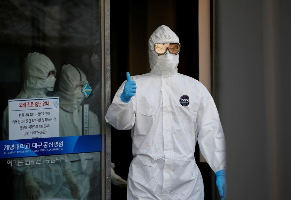 코로나19 환자들이 치료를 받고 있는 계명대동산병원에서 한 의료진이 바깥으로 나오면서 엄지를 들어보이고 있다. 대구. 2020년