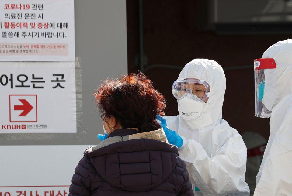 경북대학교병원 선별진료소에서 환자의 체온을 측정하는 의료진의 모습. 대구. 2020년