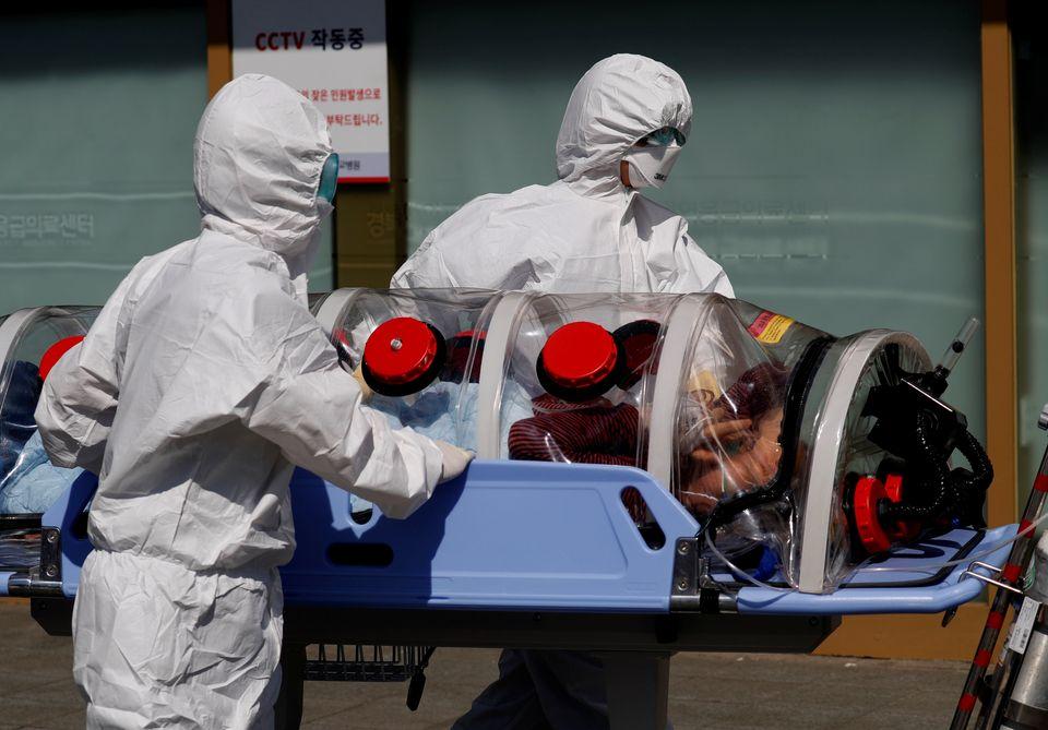경북대학교병원에서 의료진들이 음압들것을 이용해 코로나19 의심환자를 이송하고 있다. 대구. 2020년