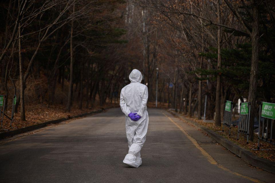 '드라이브 스루' 선별진료소에 배치된 한 방역요원의 모습. 서울. 2020년