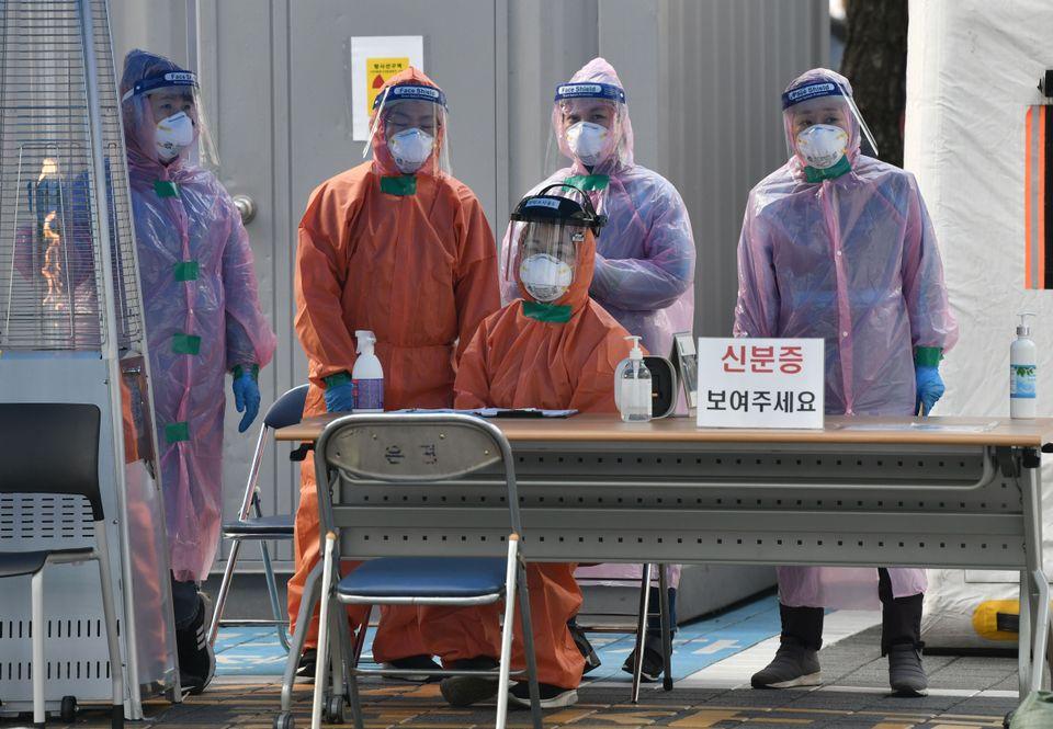 한 선별진료소에서 의료진이 사람들을 기다리고 있다. 서울. 2020년