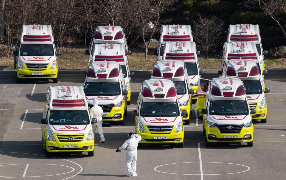 전국 각지의 소방서에서 모여든 구급차들이 환자 이송을 위해 대기하고 있다. 대구. 2020년