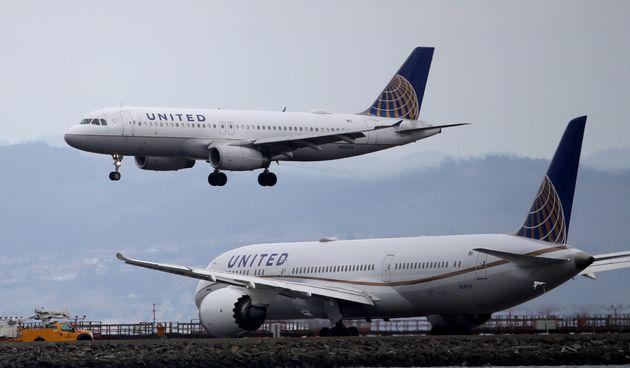 Κορονοϊός- ΗΠΑ: Eπιβάτης σε πτήση φταρνίζεται και βήχει, οι συνεπιβάτες του απαιτούν να