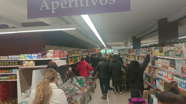 Un supermercado madrileño a primera hora de la