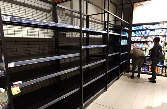 Estanterías de los supermercados de Madrid vacías